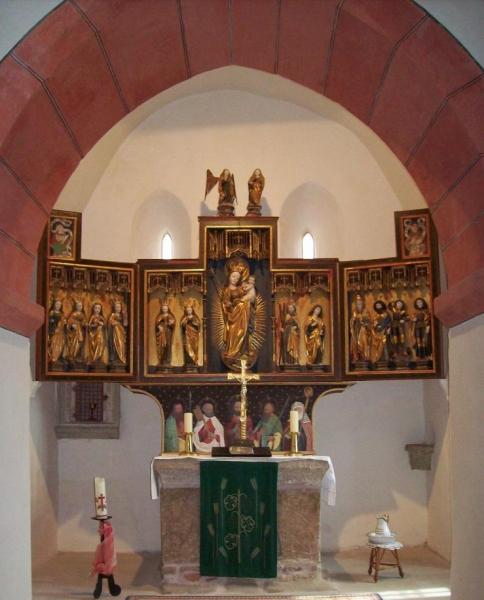 Altar im recheckigen Chorraum