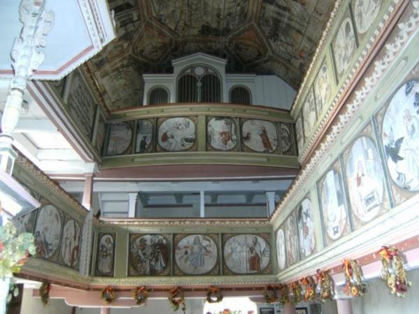 Orgel mit ausgemalten Kirchenschiff